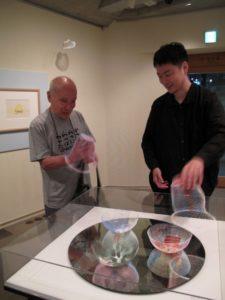 谷川俊太郎さんとトラフ建築設計事務所の鈴野浩一さん、空気の器を前に