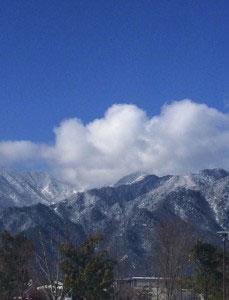 青空と白い山